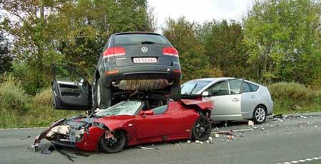 prius_tesla_toureg_crash.jpg